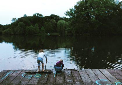 Mädchen beim Spielen am Karpfenteich im Treptower Park
