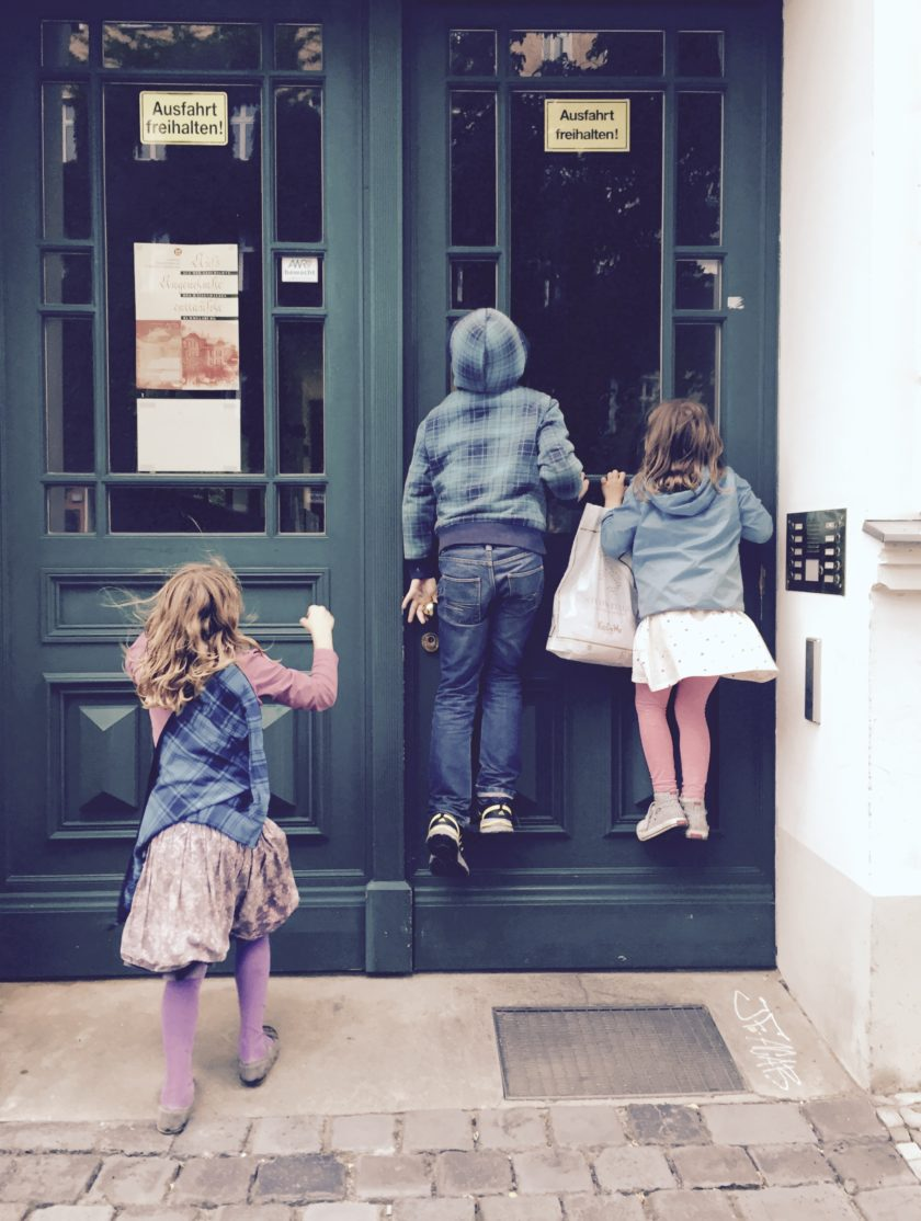 Kinder schauen in einen Berliner Hauseingang