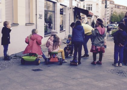 Kinder beim Spielen auf der Straße