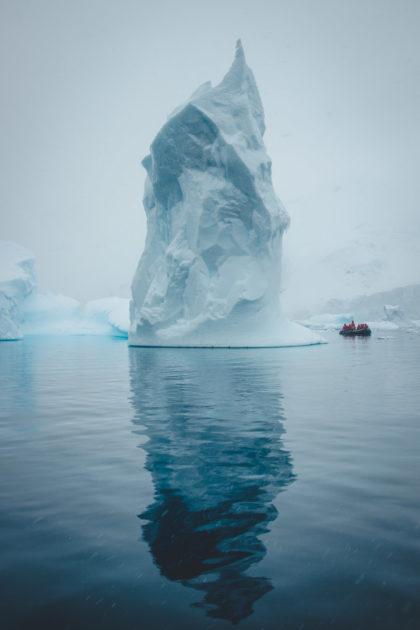 Ein Foto von Inka Cee von blickgewinkelt zeigt einen eisberg in der antarktis