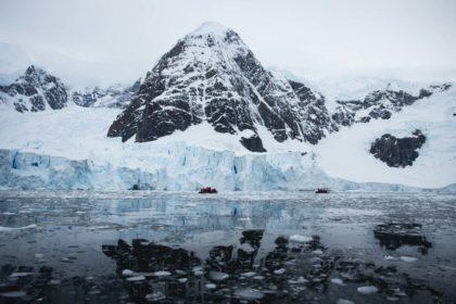 Ein Foto von Inka Cee von blickgewinkelt zeigt einen gletscher in der antarktis