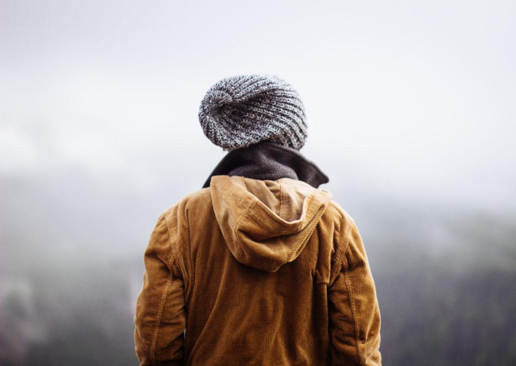 Das Bild zeigt einen Mann mit Muetze von hinten. Superpapas