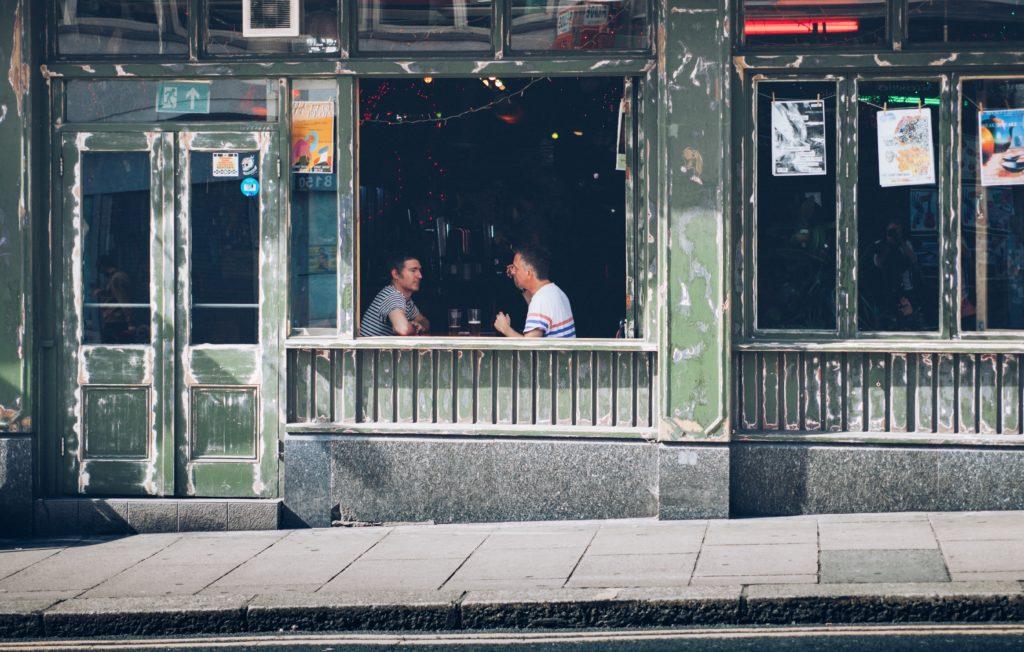 Das Bild zeigt zwei Maenner in einer Bar, Superpapas, Unsplash