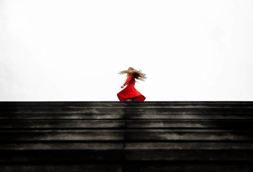 Frau im roten Kleid und langem wallenden Haar von quentin keller