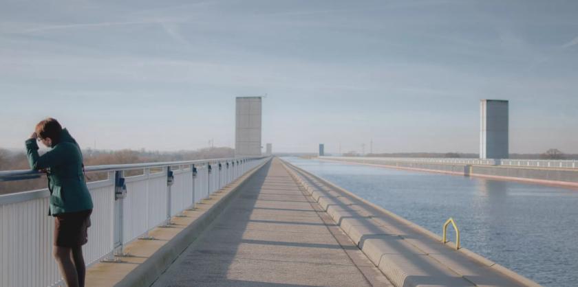 Frau auf der Brücke von Werner Pechmann AlleAugenblicke