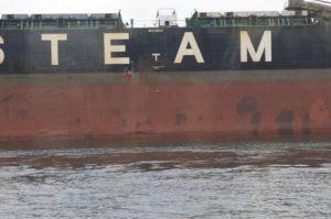 Ein Schiff im Hafen von Warnmünde