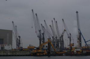 Die Kräne im Hafen von Warnmünde