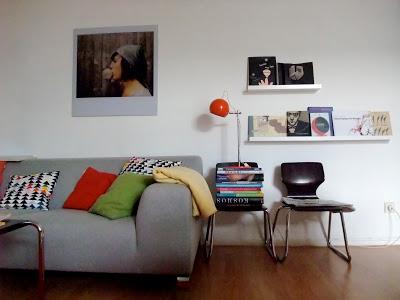 bilderbücher, bücherregal, bubble girl, ieva jansone, vintage stühl, vintage schulstuhl