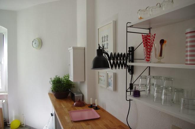 Unsere Küche, Scherenlampe, String Regal