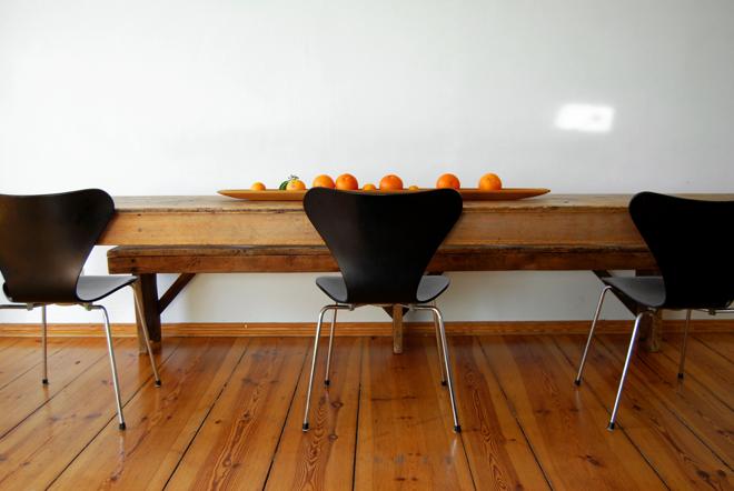 M i MA. Ein Blick hinter Meike Peters. eat in my kitchen. gedeckter Tisch. Brot. Artischoke, Käse, Prenzlauer Berg, Altbauwohnung