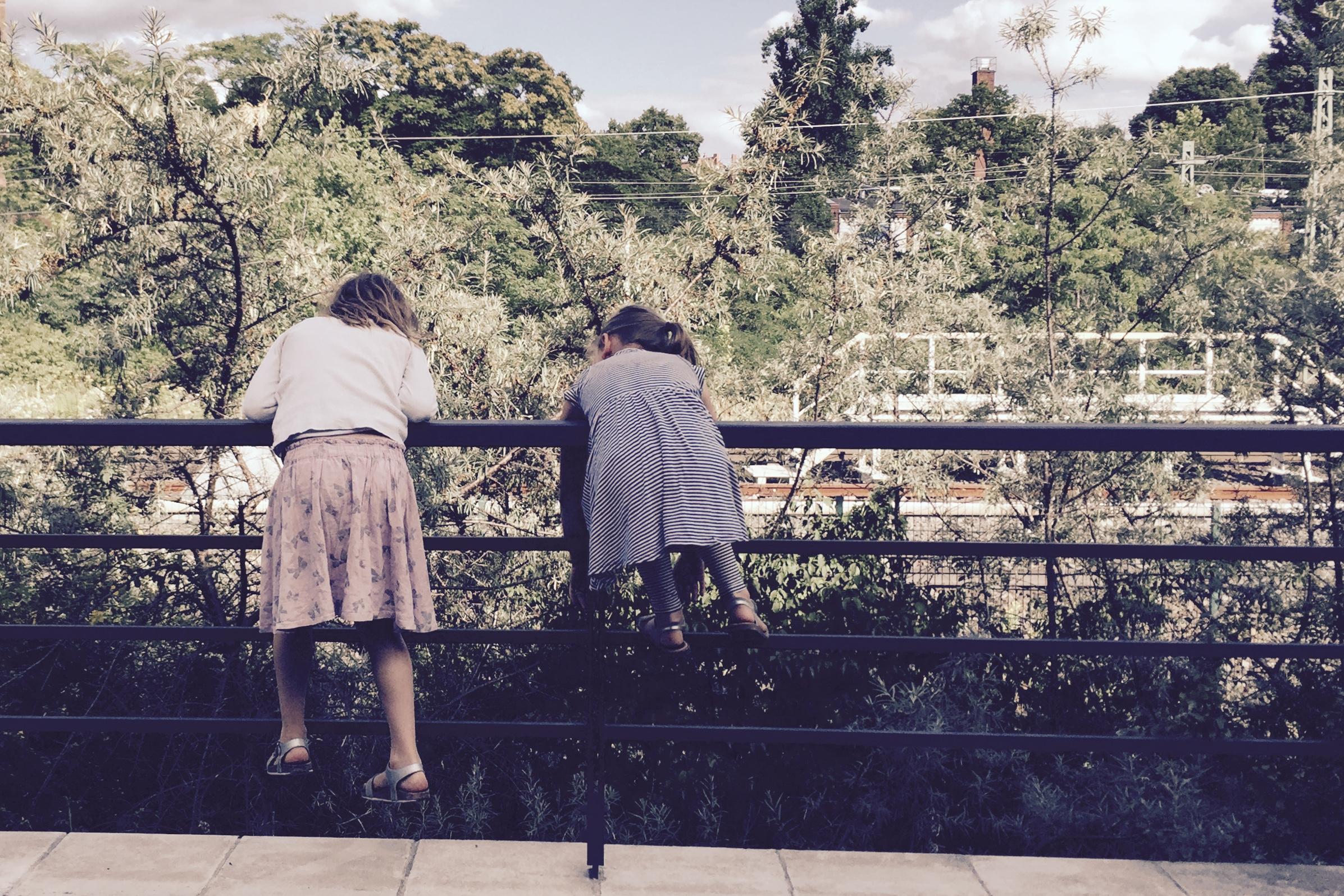 Mädchen beim Spielen auf einem Geländer