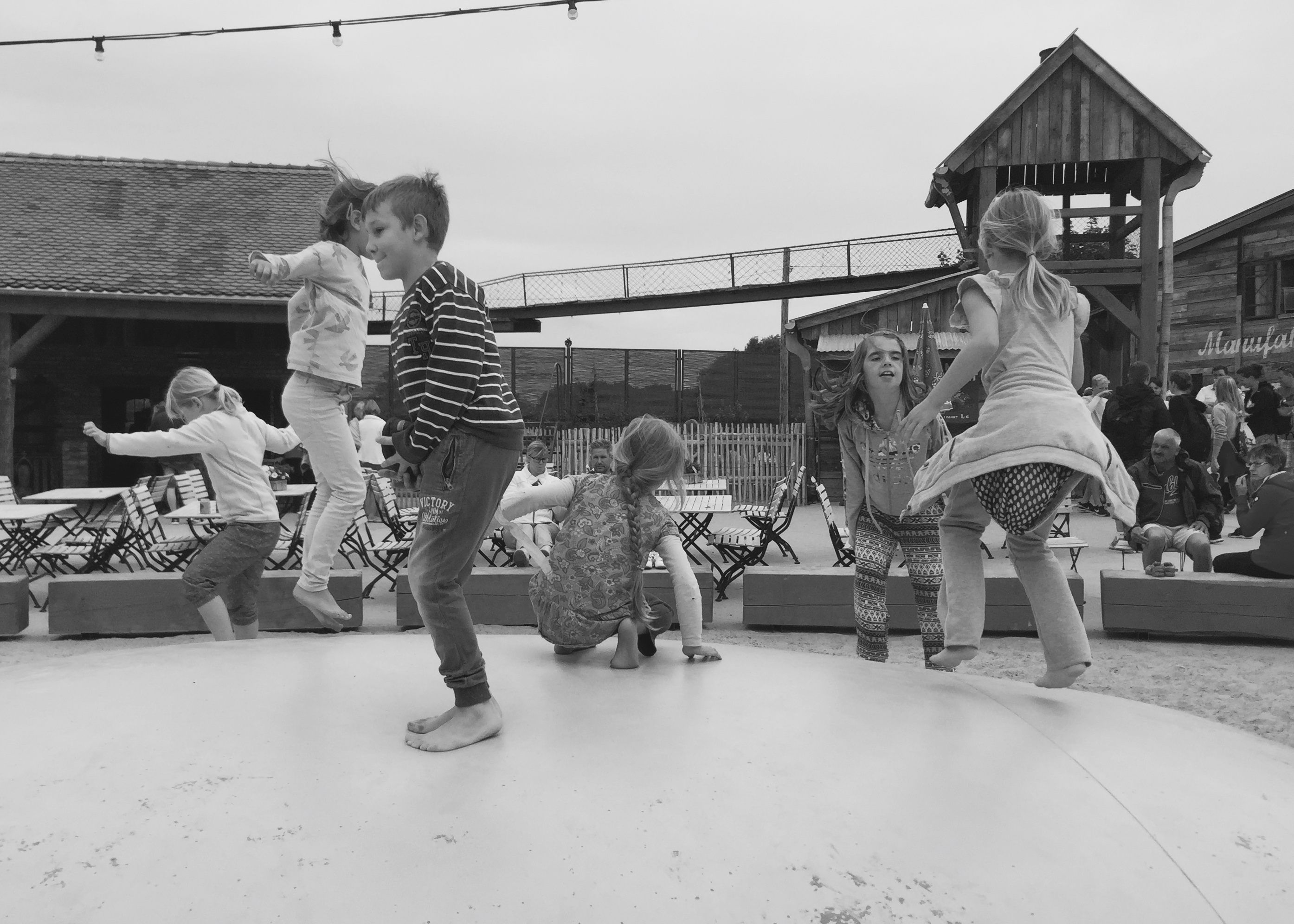 Kinder beim Trampolinspringen
