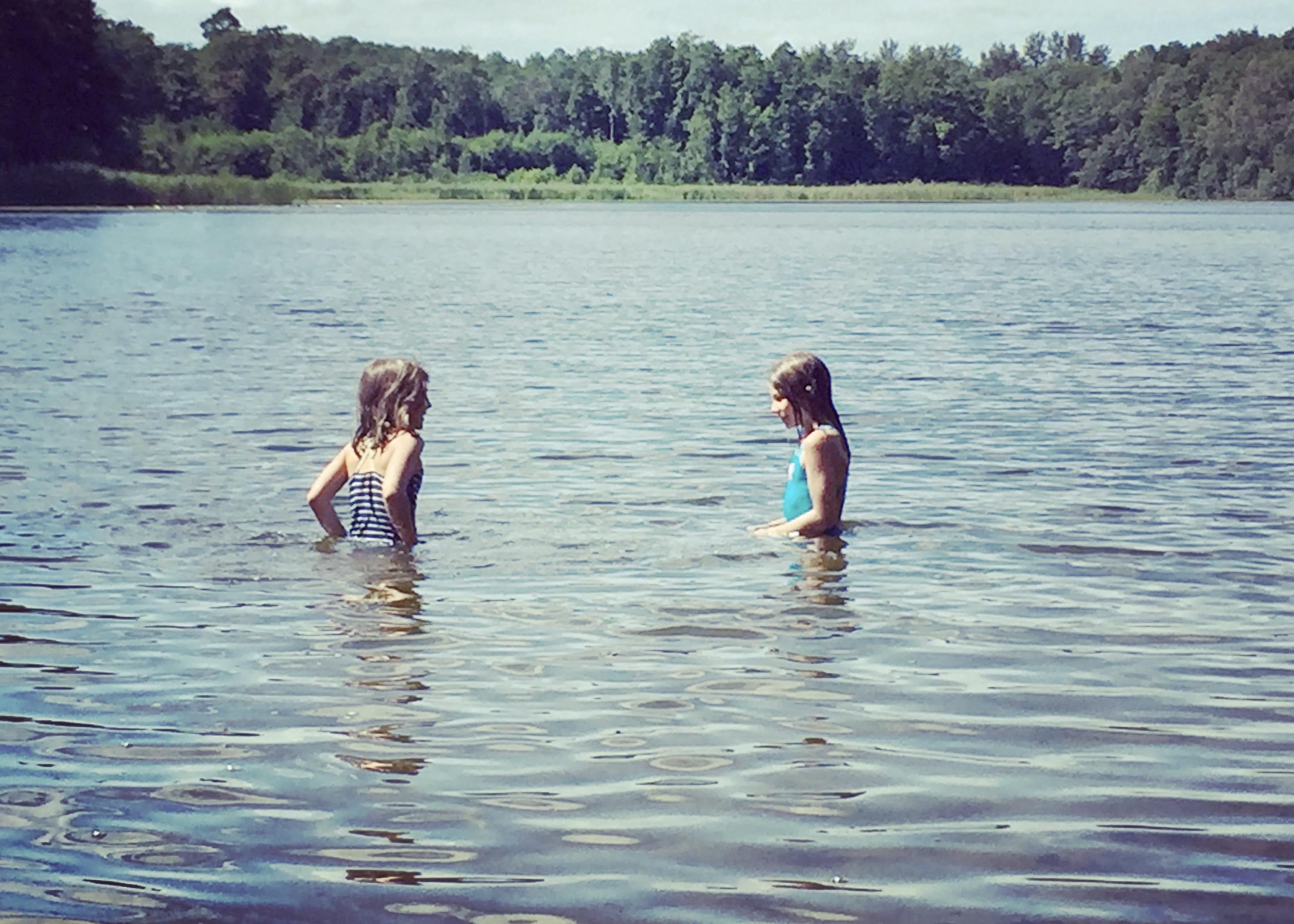 Mädchen beim Baden im See