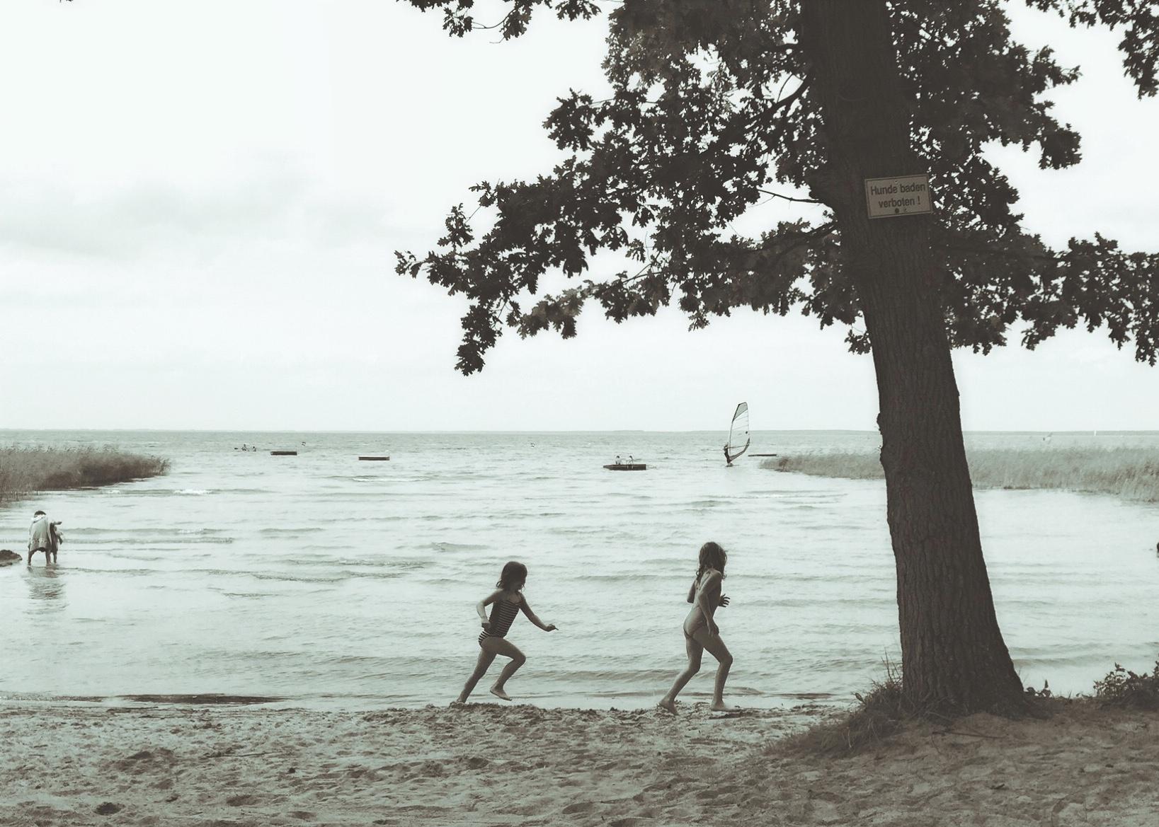 Mädchen am Strand der Müritz