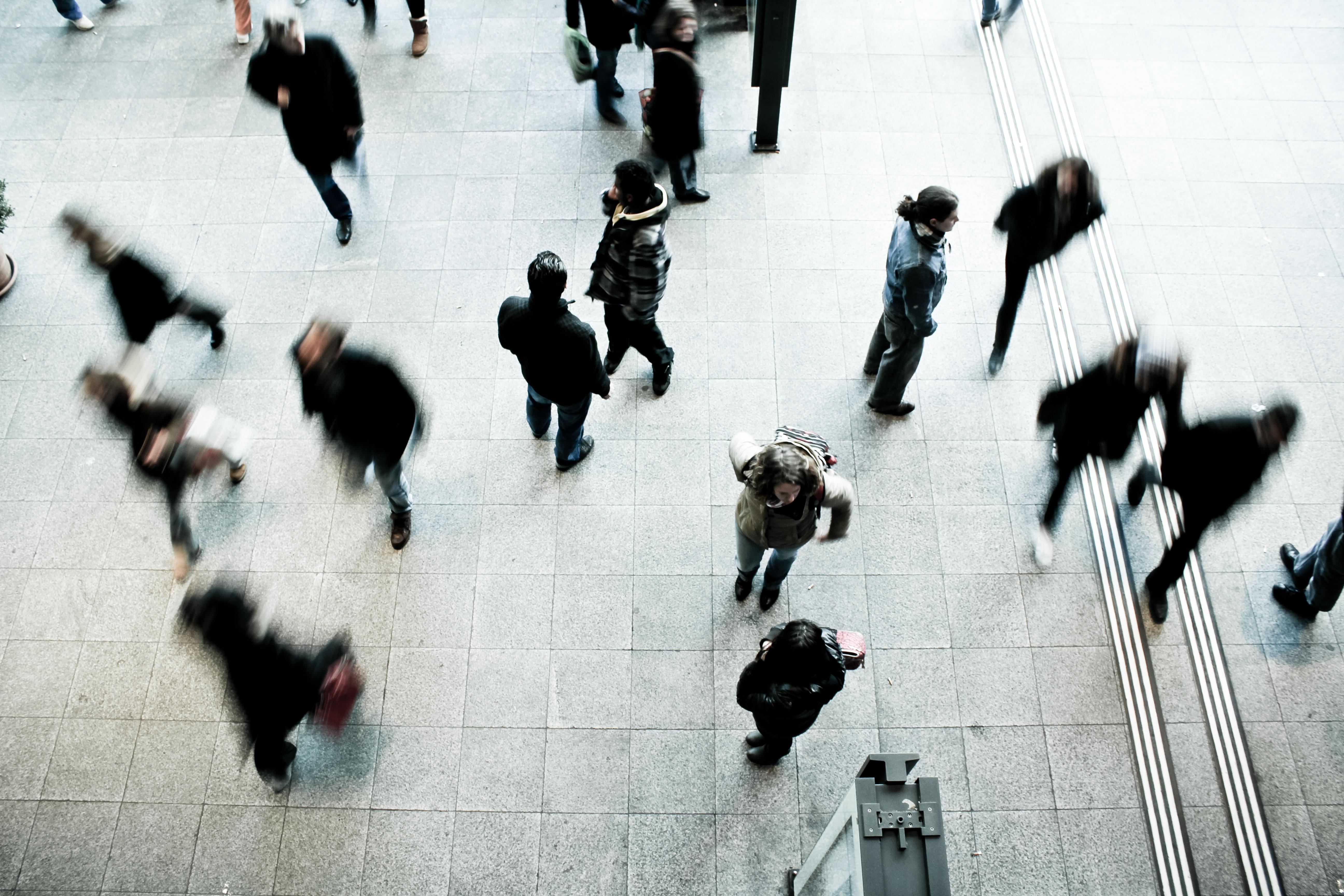 Menschen am Bahnhof Bern fotografiert von Timon Studler via Unsplash