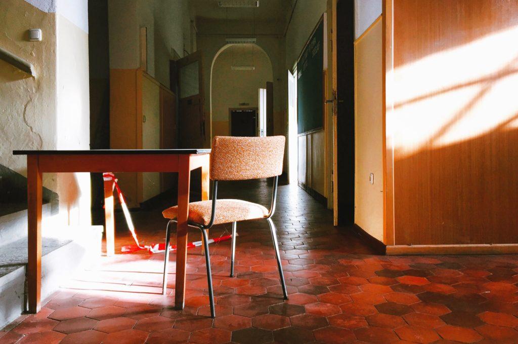 Tisch mit Stuhl im Morgenlicht aufgenommen in Mirow