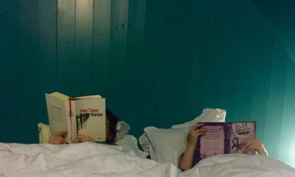 Mutter und Tochter lesend im Bett, Ikarien